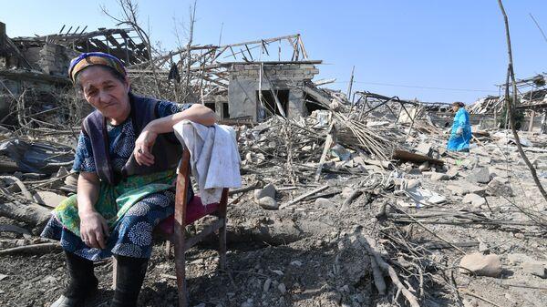 Жители Гянджи у разрушенных после обстрела домов
