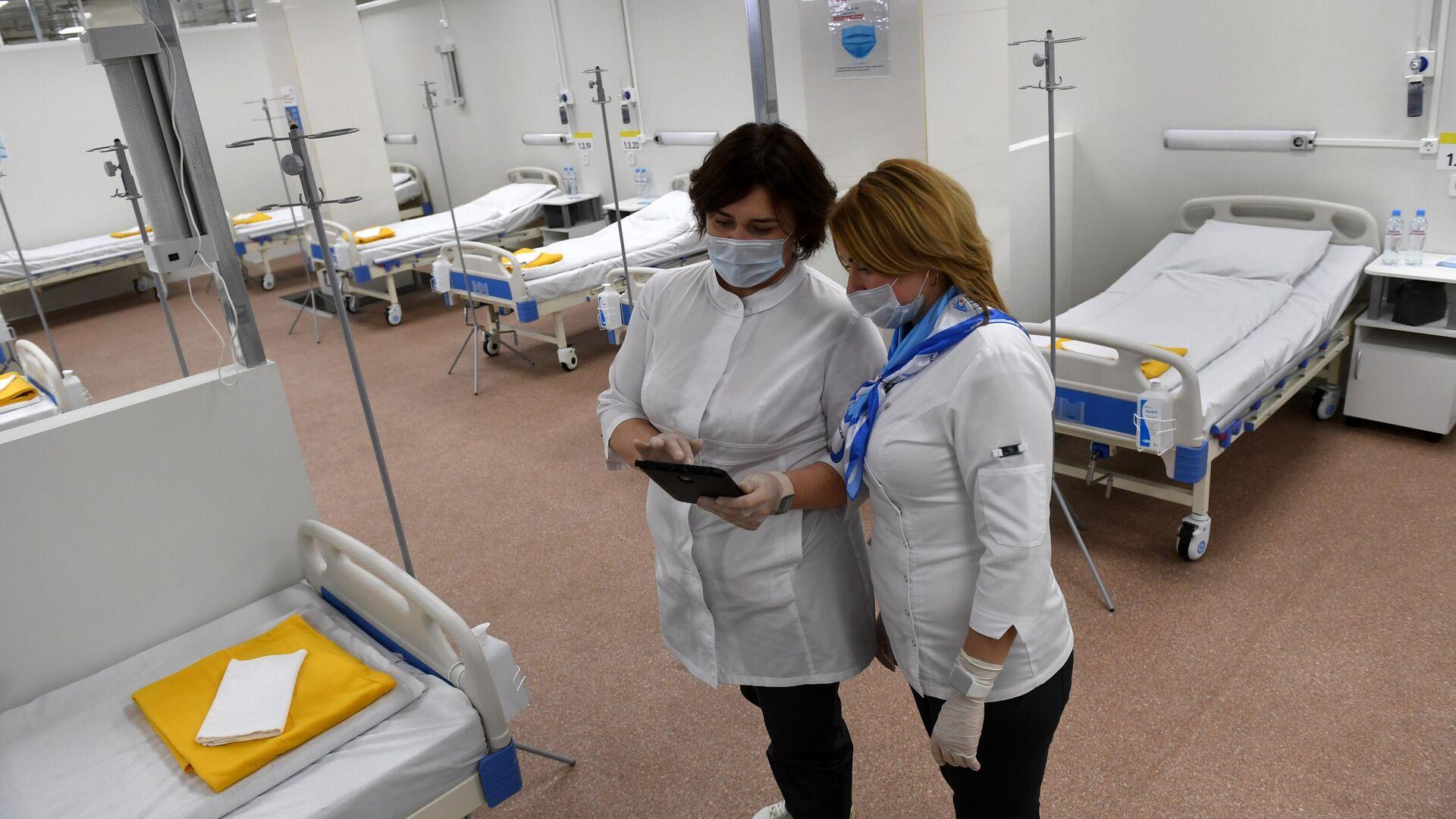 Медицинские работники во временном госпитале для пациентов с COVID-19, который открывается в автомобильном торговом центр Москва - РИА Новости, 1920, 19.10.2020