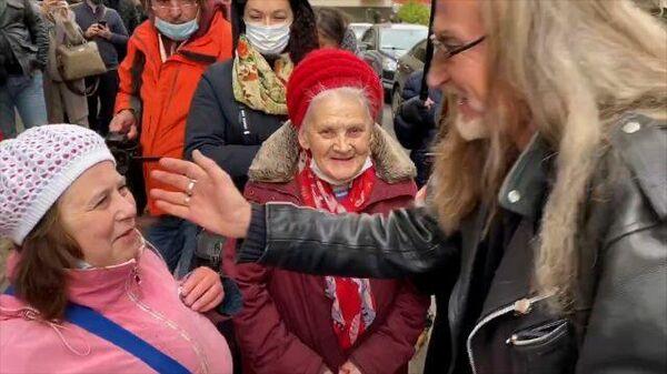 Джигурда и поклонницы Ефремова собрались у здания суда