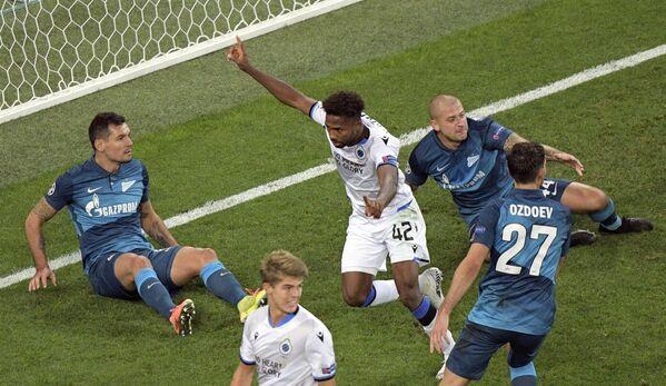 Эммануэль Деннис (в центре) радуется забитому мячу в ворота Зенита