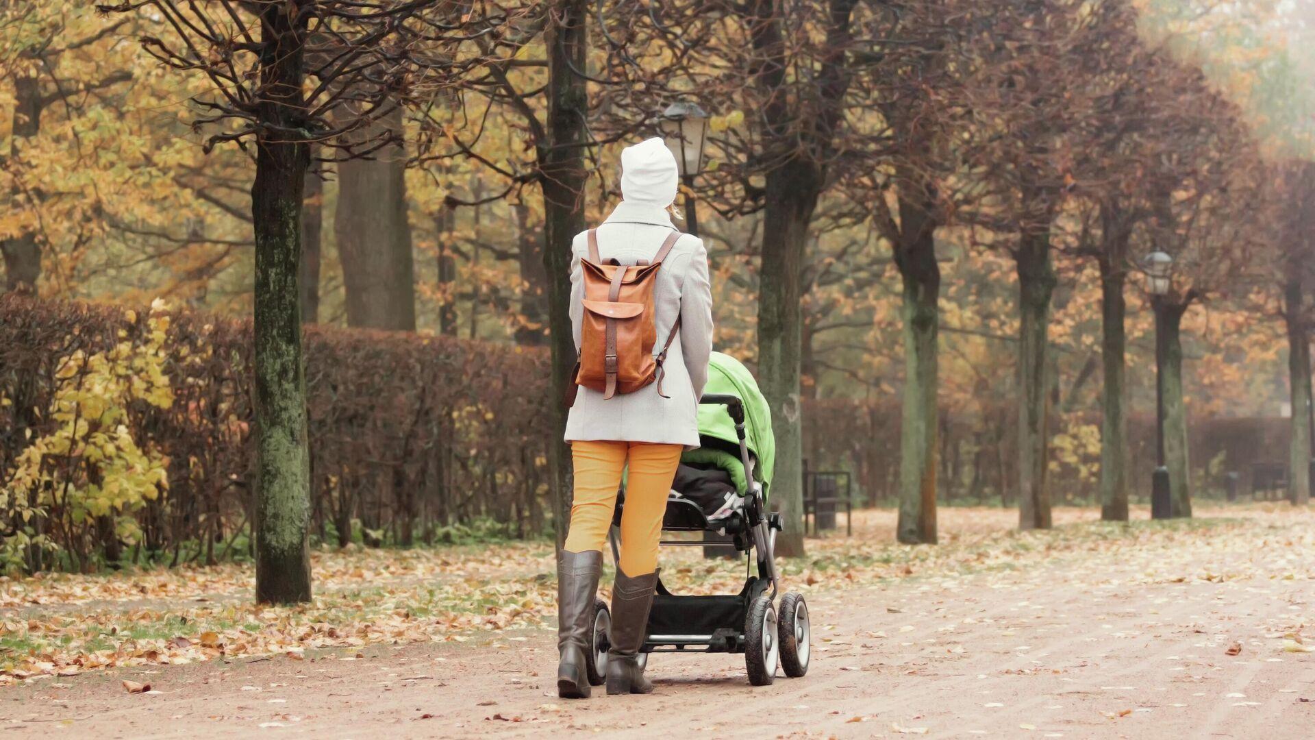 Мама с ребенком на прогулке - РИА Новости, 1920, 27.10.2020