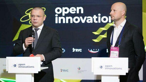 Президент Интеко Александр Николаев и гендиректор ГБУ Агентство инноваций города Москвы Алексей Парабучев на форуме Открытые инновации