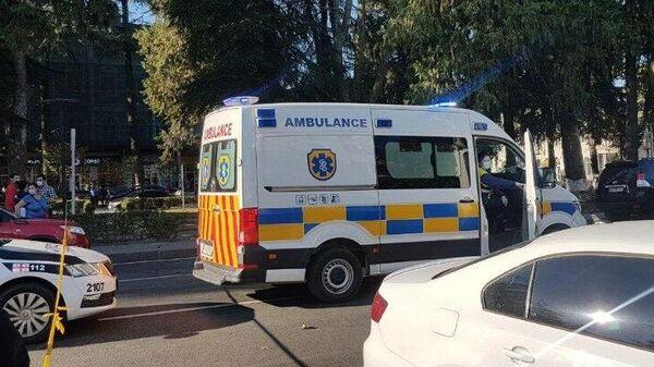 Автомобиль скорой помощи недалеко от места захвата заложников в Зугдиди