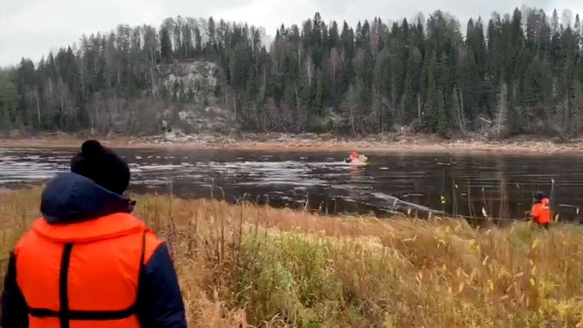 Потерпевший крушение в Вологодской области вертолет вытащили из реки