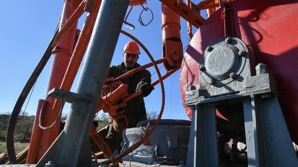 Рабочий во время работ по бурению новых скважин для водообеспечения Крыма