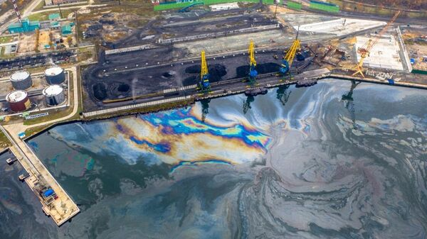 Нефтяное пятно возле Приморского судоремонтного завода в акватории залива Находка