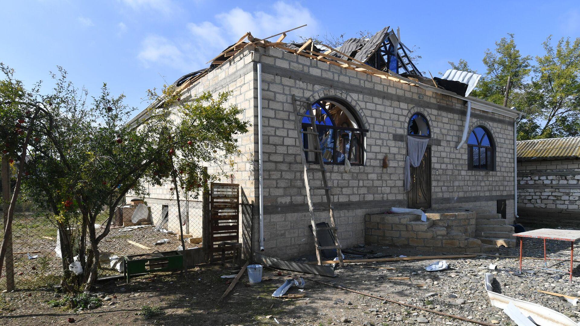 Разрушенный и сгоревший дом в результате обстрела в селе Карадаглы Агдамского района в Азербайджане. - РИА Новости, 1920, 24.10.2020