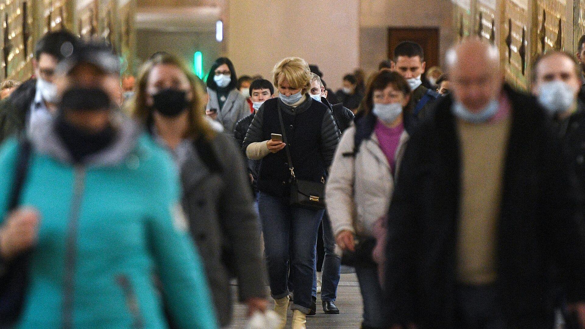 Пассажиры в защитных масках на одной из станций Московского метрополитена - РИА Новости, 1920, 06.03.2021