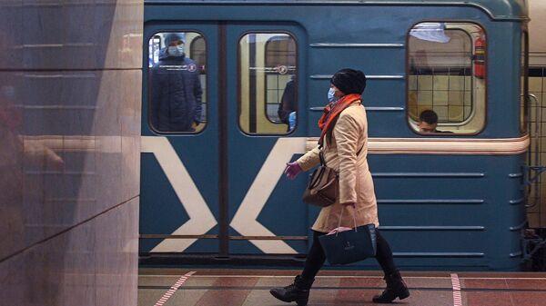 Пассажирка на одной из станций Московского метрополитена