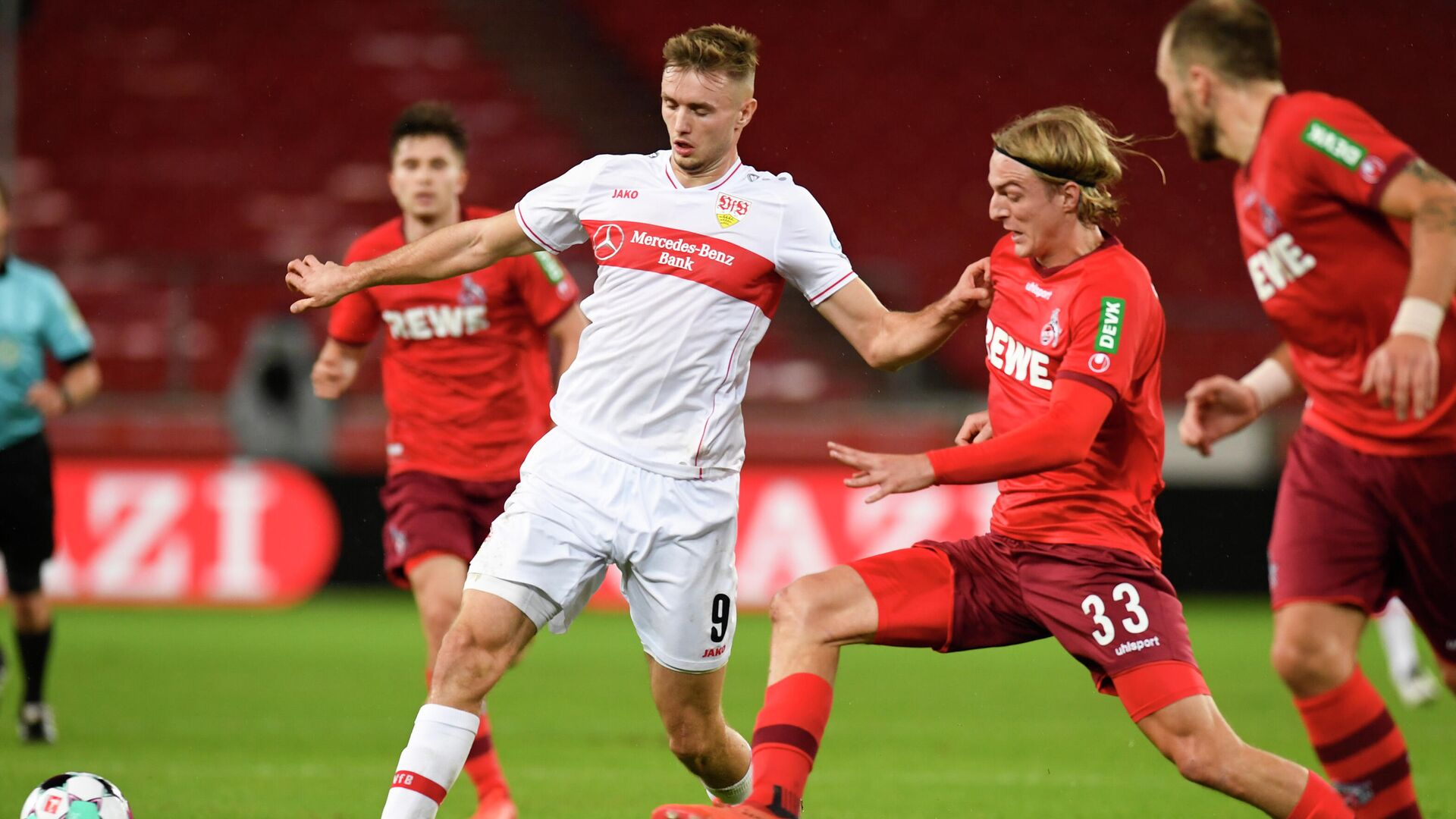 Stuttgart's Austrian forward Sasa Kalajdzic (L) and Cologne's Belgian defender Sebastiaan Bornauw vie for the ball during the German first division Bundesliga football match VfB Stuttgart v 1 FC Cologne in Stuttgart, southern Germany, on October 23, 2020. (Photo by THOMAS KIENZLE / AFP) / DFL REGULATIONS PROHIBIT ANY USE OF PHOTOGRAPHS AS IMAGE SEQUENCES AND/OR QUASI-VIDEO - РИА Новости, 1920, 23.10.2020