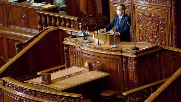 Премьер-министр Японии Есихидэ Суга произносит свою первую речь в парламенте на открытии внеочередной сессии в Токио, Япония