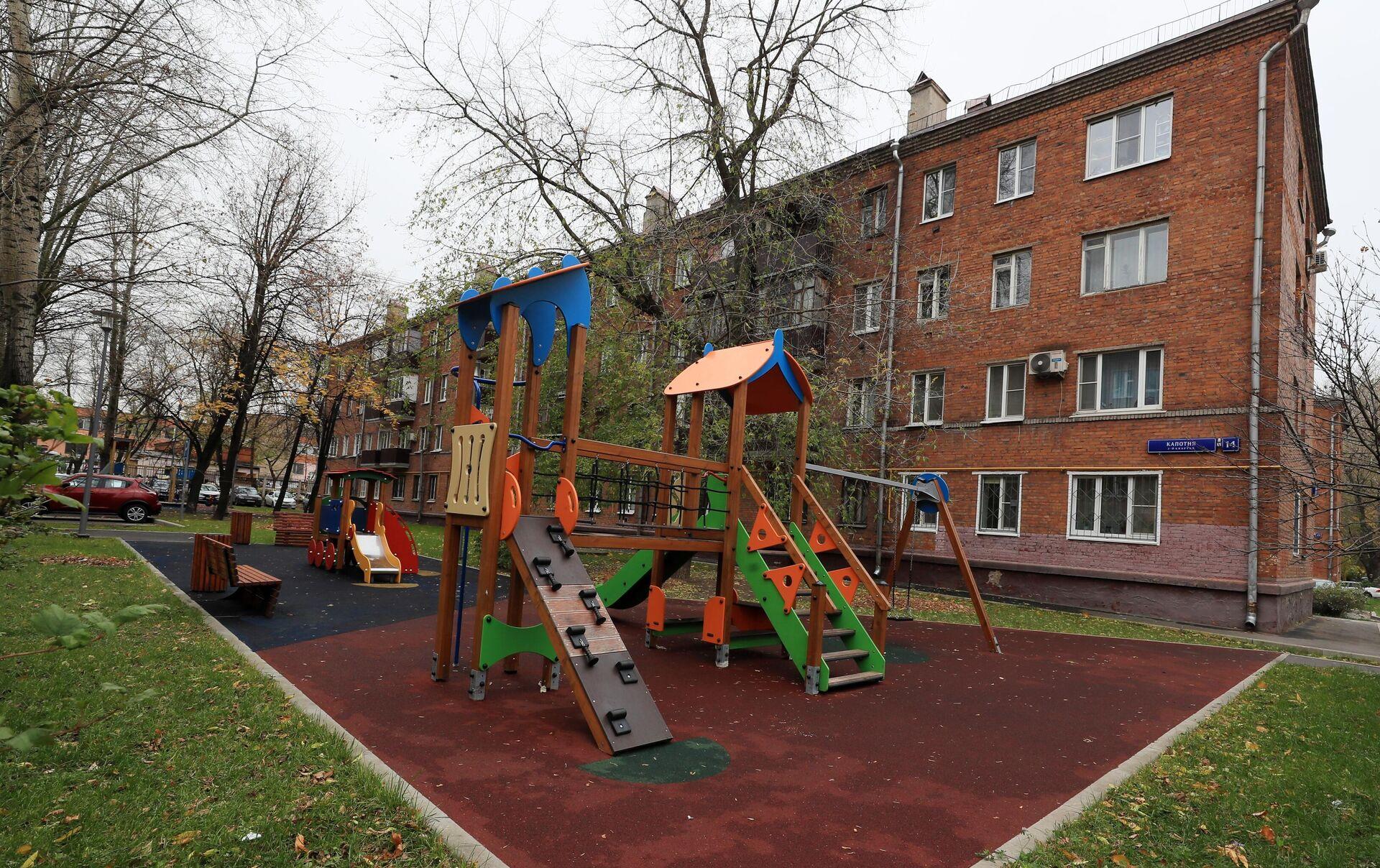 Детская площадка в районе Капотня в Москве - РИА Новости, 1920, 26.10.2020