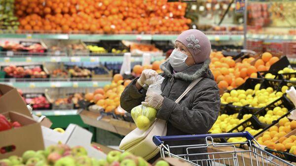 Покупательница в гипермаркете Лента