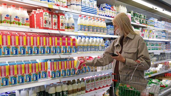 Покупательница в медицинской маске в супермаркете