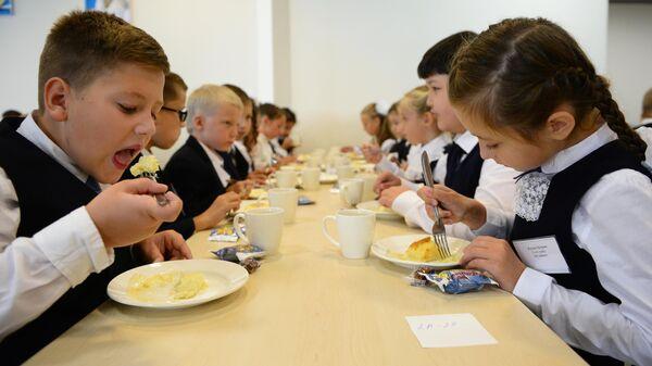 Учащиеся школы в столовой