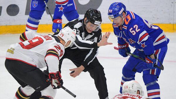 Игрок Авангарда Илья Каблуков (слева) и игрок СКА Миро Аалтонен (справа) в матче регулярного чемпионата Континентальной хоккейной лиги между ХК СКА (Санкт-Петербург) и ХК Авангард (Омск).