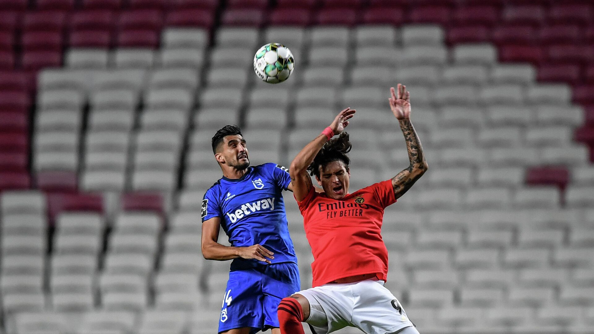 Benfica's Uruguayan forward Darwin Nunez (R) heads the ball with Belenenses' Portuguese defender Danny Henriques during the Portuguese League football match between SL Benfica and Belenenses SAD at the Luz stadium in Lisbon on October 26, 2020. (Photo by PATRICIA DE MELO MOREIRA / AFP) - РИА Новости, 1920, 27.10.2020