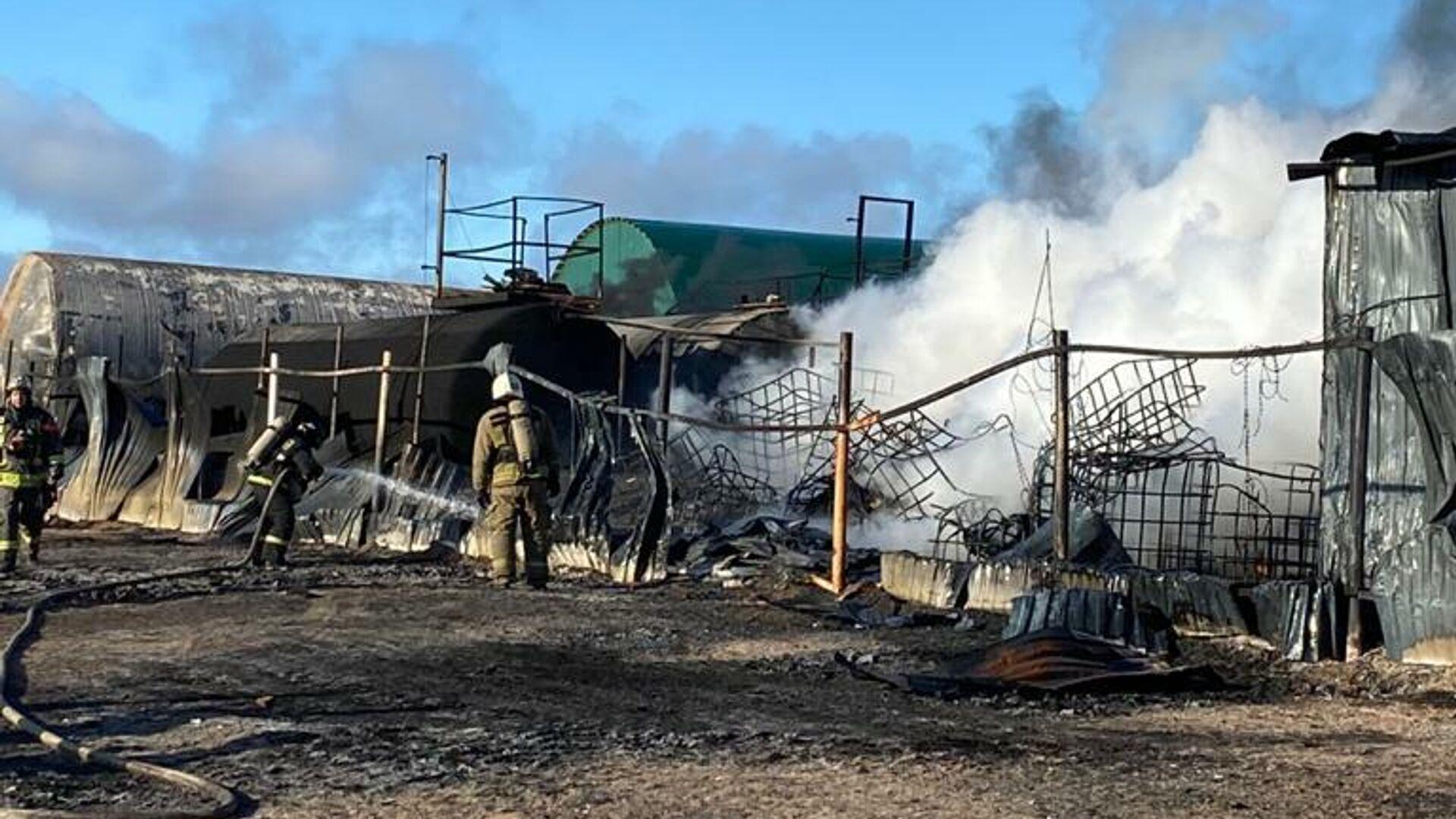 В Ленинградской области загорелись четыре ангара с растворителем
