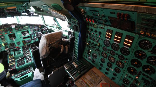 Приборная панель в кабине пилотов самолета Ту-154 авиакомпании Алроса в аэропорту Толмачево в Новосибирске