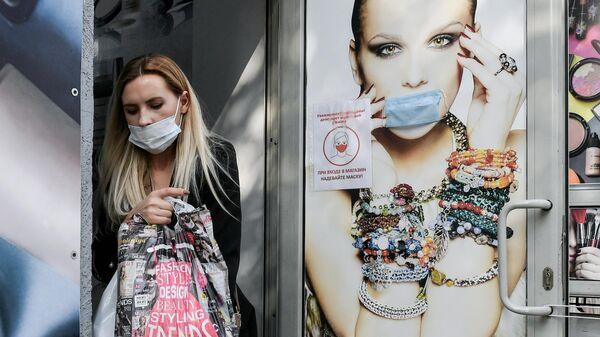 Девушка в защитной маске в Симферополе