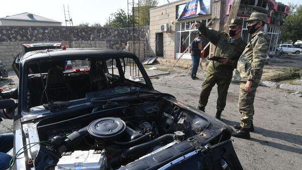 Военные на месте обстрела в азербайджанском городе Барда