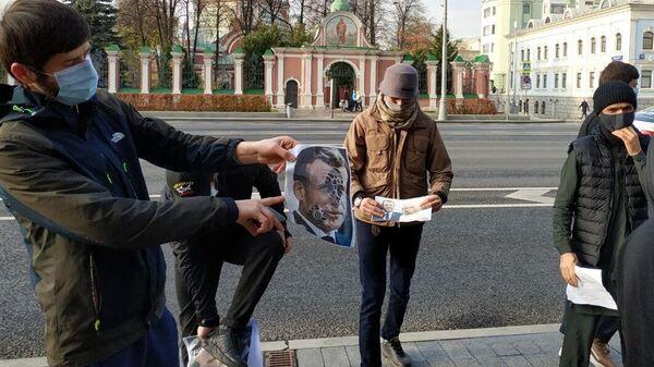 Участники акции против политики президента Франции Эммануэля Макрона у посольства Франции в Москве