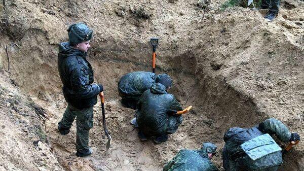 На месте раскопок ранее неизвестного массового захоронения у деревни Глоты в Псковской области