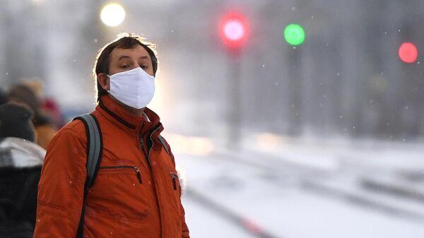 Мужчина в медицинской маске на железнодорожной станции Сеятель в Новосибирске