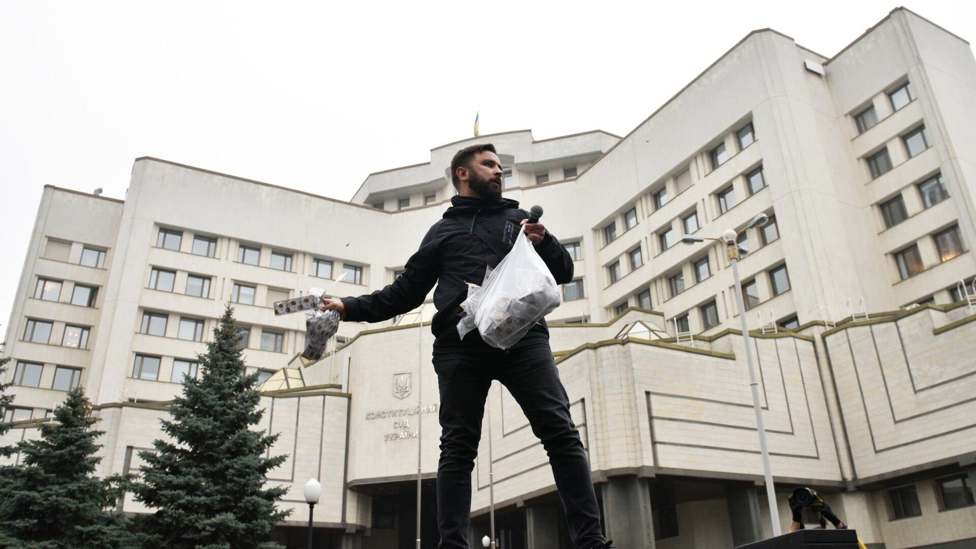 Участник акции протеста у здания Конституционного суда в Киеве - РИА Новости, 1920, 30.10.2020