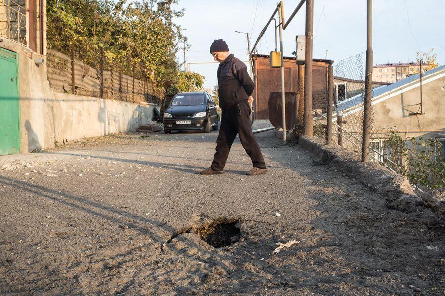Последствия обстрелов на улице Оно в Степанакерте