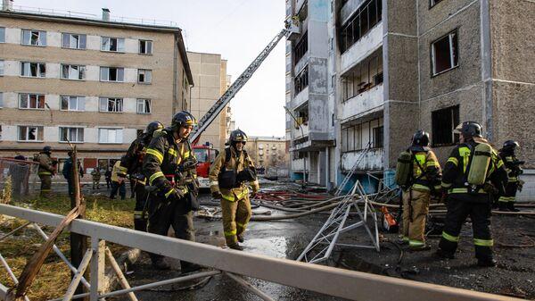 Сотрудники противопожарной службы МЧС РФ ликвидируют последствия взрыва и возгорания в поликлинике 2-й городской больницы Челябинска