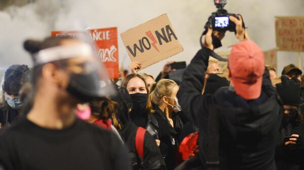 Участники акции протеста против ужесточения законодательства об абортах в Польше