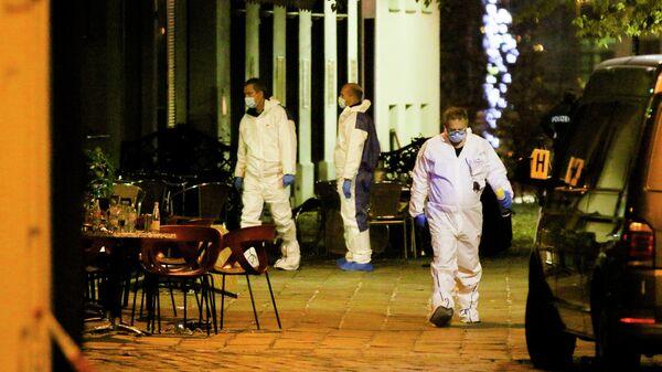 Сотрудники правоохранительных органов Австрии на месте стрельбы в Вене