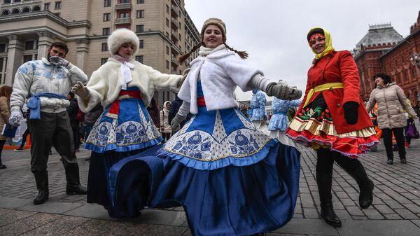 Участники фестиваля День народного единства на Манежной площади в Москве