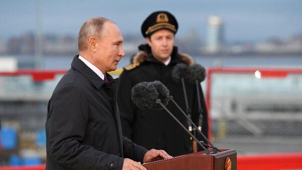Президент РФ Владимир Путин во время посещения нового ледокола Виктор Черномырдин на территории пассажирского порта Морской фасад в Санкт-Петербурге