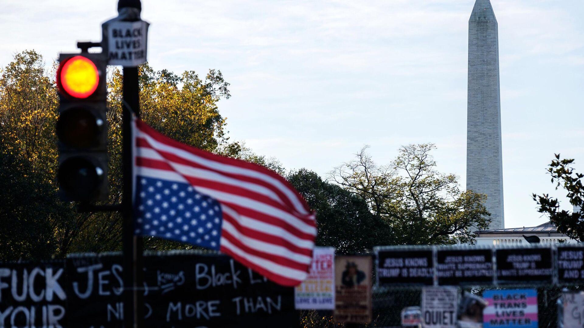 Флаг Соединенных Штатов Америки на светофоре на одной из улиц в Вашингтоне в преддверии выборов президента США - РИА Новости, 1920, 12.11.2020