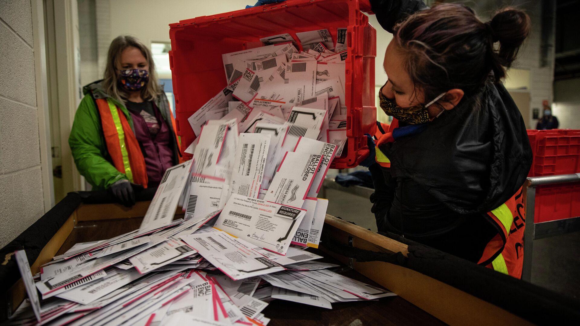 Выемка бюллетеней из урны для голосования на избирательном участке в Портленде - РИА Новости, 1920, 05.11.2020