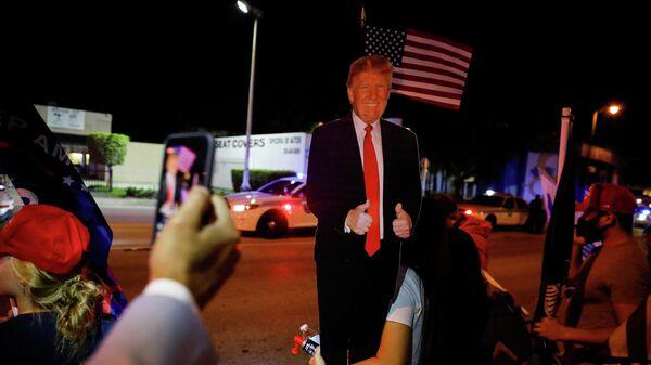 Сторонники Дональда Трампа после окончания голосования на президентских выборах в Майами, США