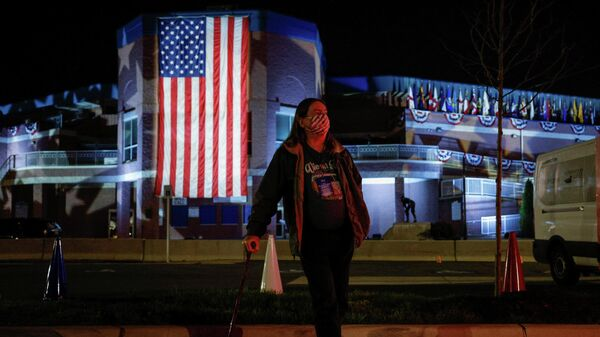 Сторонница кандидата в президенты США Джо Байдена наблюдает за результатами голосования в Уилмингтоне
