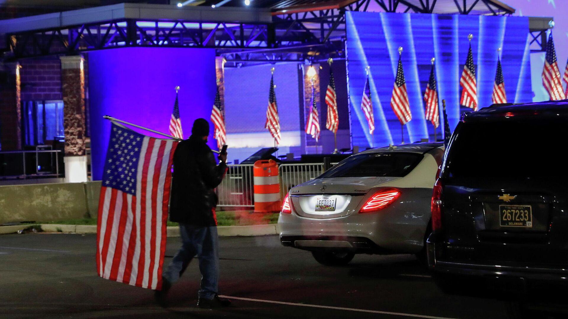 Сторонник кандидата в президенты США Джо Байдена в Уилмингтоне в день выборов президента США - РИА Новости, 1920, 04.11.2020
