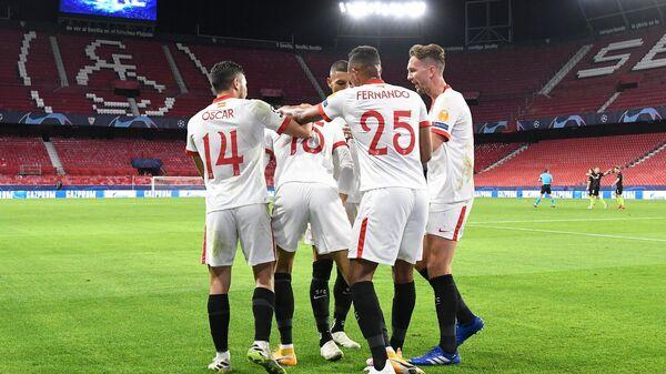 Футболисты Севильи в матче Лиги чемпионов