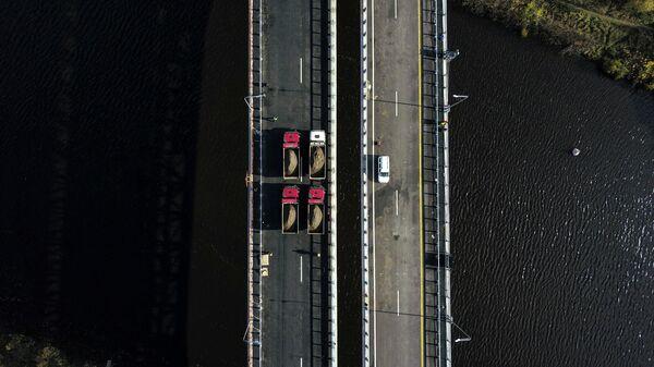 Спецтехника на мосту через канал имени Москвы в составе ЦКАД-3.