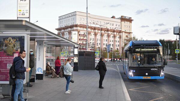 Остановка общественного транспорта рядом с Савеловским вокзалом в Москве