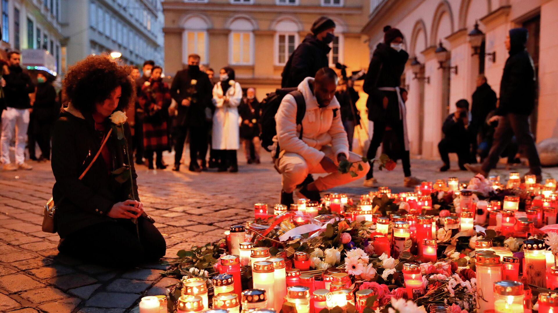 Цветы и свечи на месте теракта в Вене, Австрия - РИА Новости, 1920, 07.11.2020