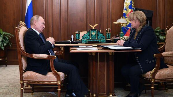 Президент РФ Владимир Путин и председатель Центральной избирательной комиссии (ЦИК) РФ Элла Памфилова во время встречи