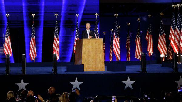 Кандидат в президенты США от Демократической партии Джо Байден выступает перед избирателями после того, как СМИ объявили, что Байден победил на выборах в США