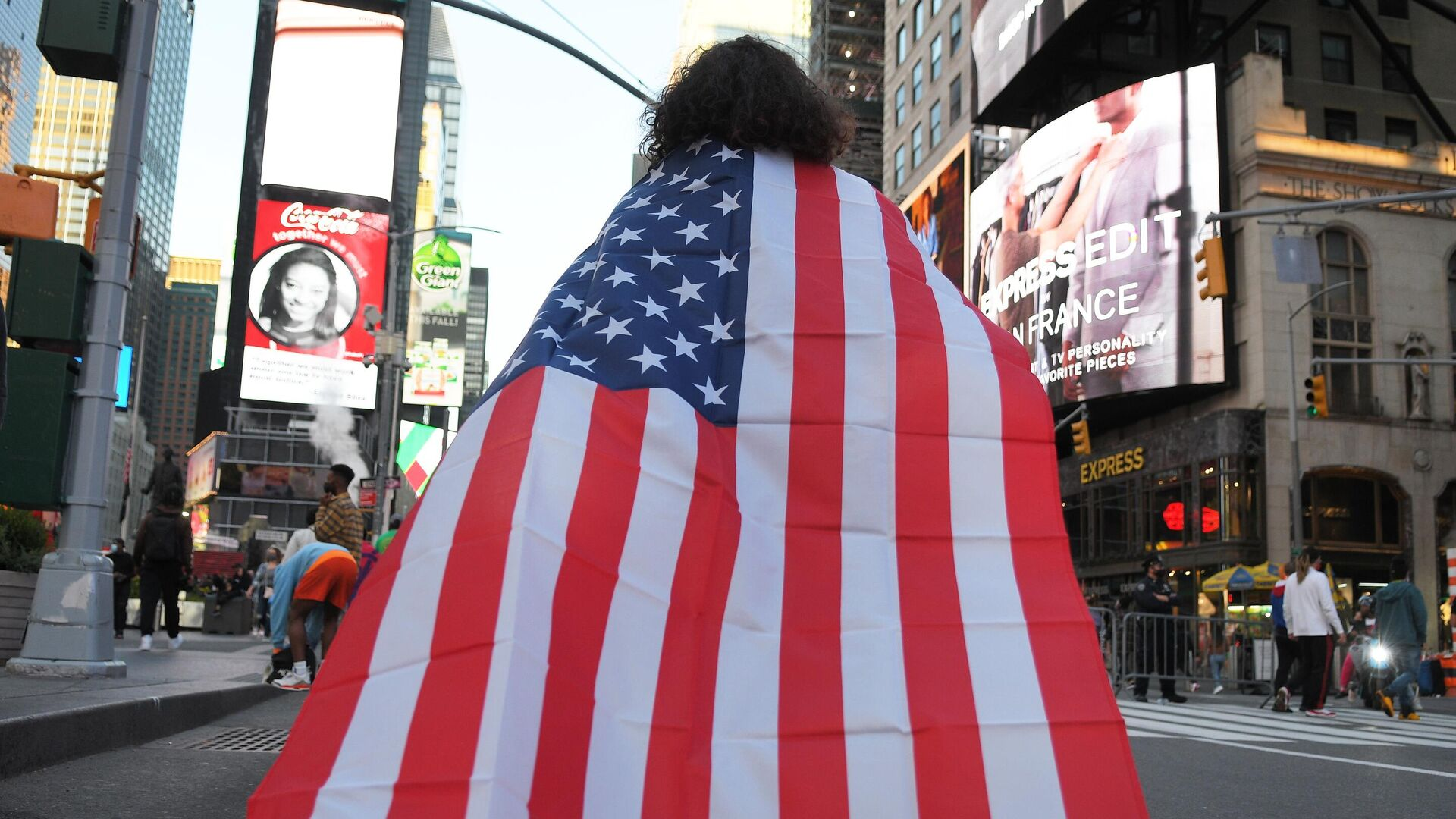Люди на одной из улиц в Нью-Йорке после новостей о победе на выборах президента США кандидата от Демократической партии Джозефа Байдена - РИА Новости, 1920, 09.11.2020