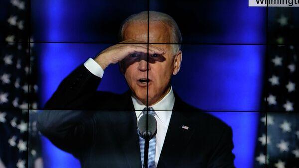 Жители Филадельфии смотрят обращение к американскому народу, получившего большинство голосов на президентских выборах США сенатора-демократа Джозефа Байдена