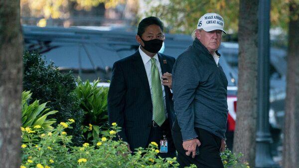 Президент США Дональд Трамп заходит в здание Белого дома в Вашингтоне. 7 ноября 2020