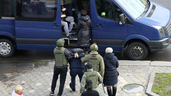 Сотрудники правоохранительных органов Белоруссии задерживают участников несанкционированной акции протеста в Минске
